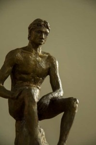 sititing man bronze dirk van der stouw